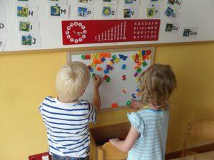 spielerisches Lernen von Buchstaben und Zahlen