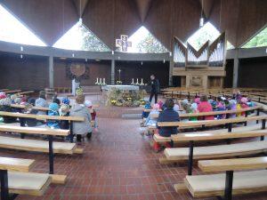 Ausflug in die Kirche um den Erntedankaltar anzuschauen.