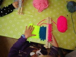 Die Vorschulkinder der Schmetterlingsgruppe stricken sich einen Schal.