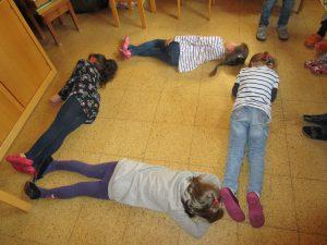 Die Vorschulkinder lernen die Grundformen.