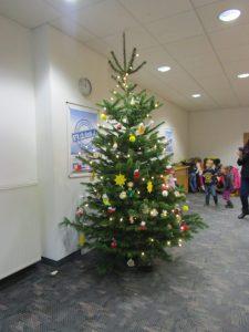 Jedes Jahr gestalten die Vorschulkinder den Tannenbaum in der VR-Bank.