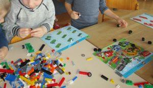 Wir bauen Legoautos nach Anleitung.