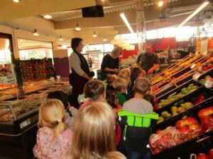 Apfelkostprobe im Supermarkt.