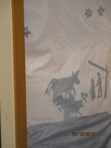 Die Vorschulkinder spielen ein Schattentheater.
