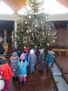 Wir schauen uns den Christbaum in der Kirche an.