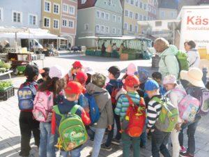 Die Vorschulkinder machen ihren Vorschulausflug mit einer Stadtführung.