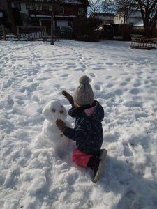 Wir bauen einen Schneemann.