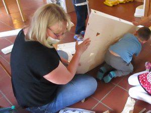 Die Kinder helfen ganz schön fleißig mit.